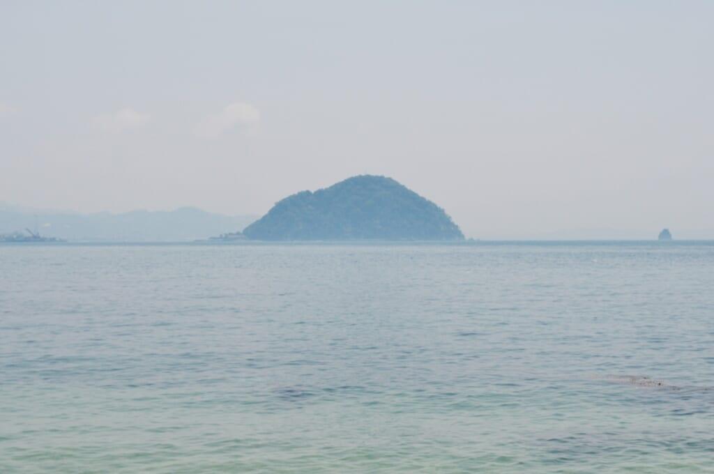 Una isla sobresaliendo del mar en Matsuyama