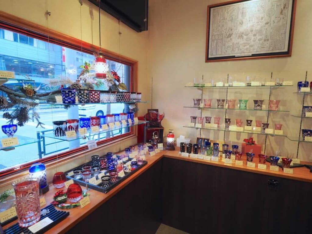 El interior del Edo-Kiriko Kan con vidrios a la venta
