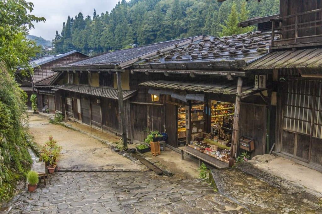 Preciosas tiendas a lo largo del área descanso