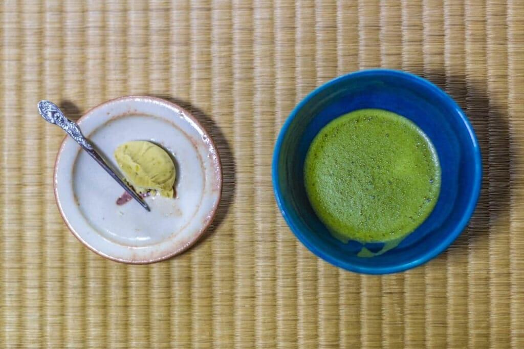 Té matcha y wagashi en una ceremonia del té