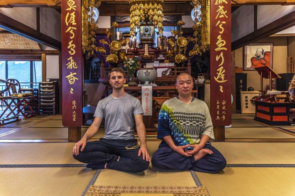 Poses de meditación zen con el maestro en el templo Zensho-ji