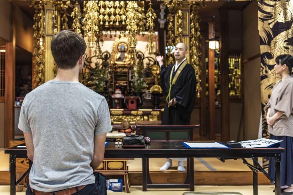 escuchando el mantra antes del curso de caligrafia en el templo Kofuku-ji