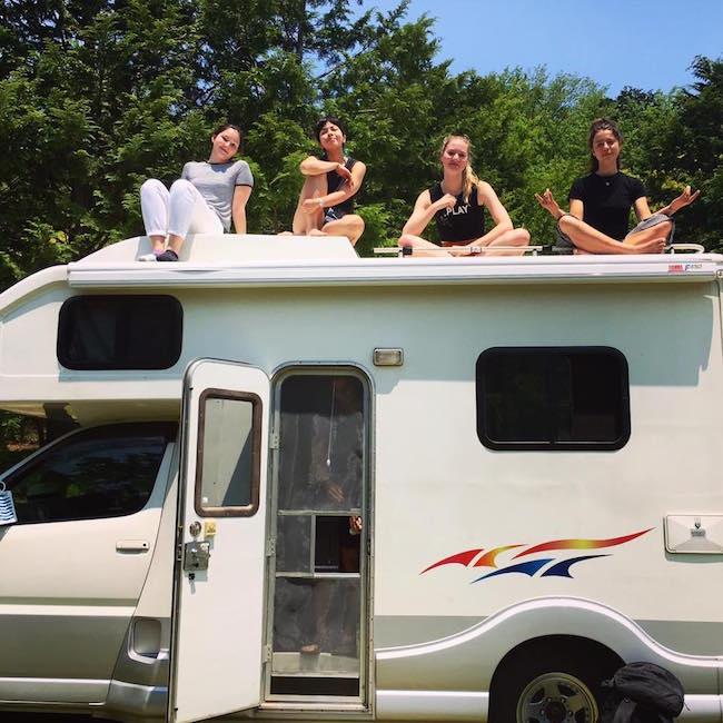 Amigos viajando con una autocaravana en Japón