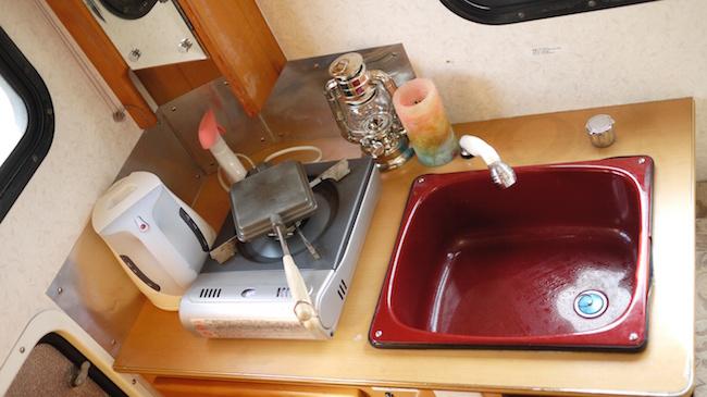 El fregadero y un gas para cocinar