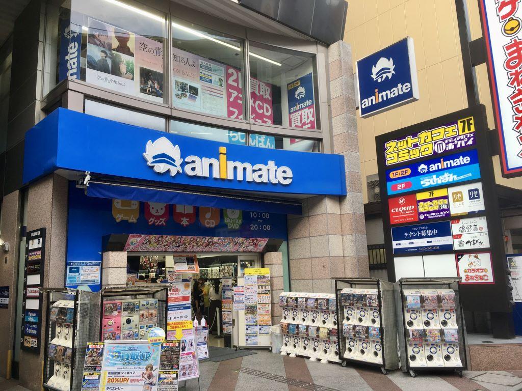 La tienda animate entre otras en una zona de figuras de anime en Japón