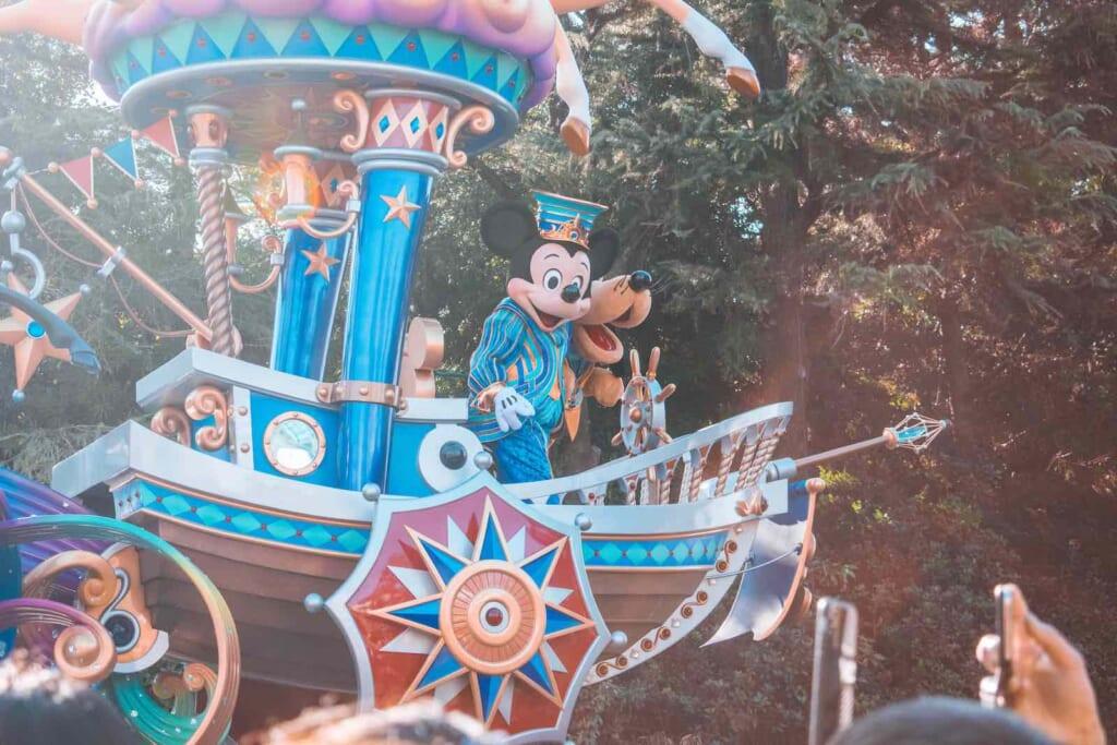 Los desfiles en Tokyo Disneyland siempre son un éxito y están repletos de sus magníficos personajes.