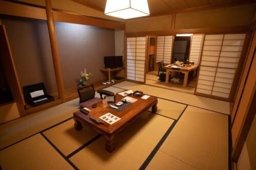 Una habitación de un ryokan en Murakami