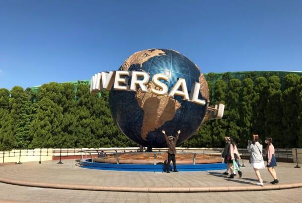 El globo de Universal frente a la entrada de USJ en Japón