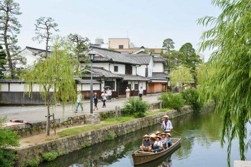 Machen Sie eine Bootstour auf den Kanälen im Bikan Viertel.