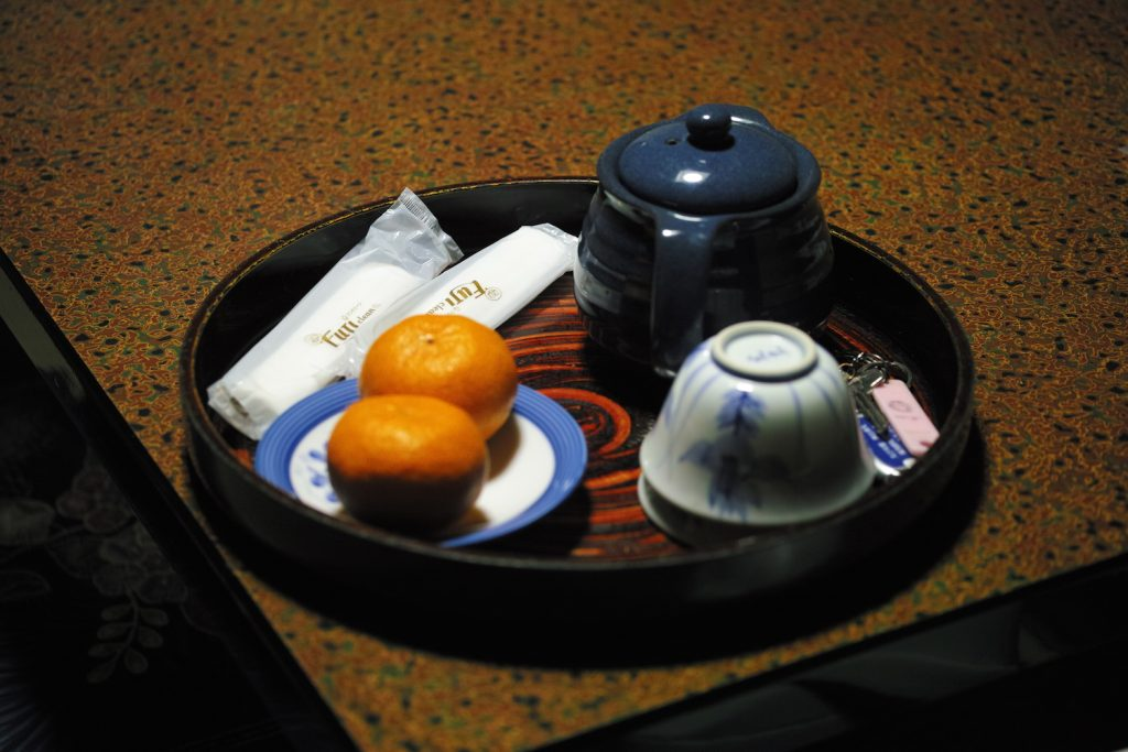 Mikan und Tee im Minshuku in Kumomi Onsen, Shizuoka, Japan