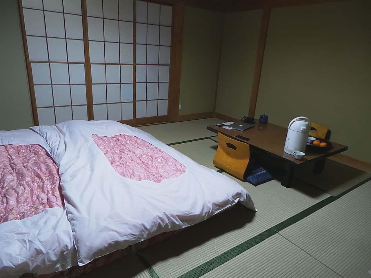 Das gemachte Bett im Minshuku in Kumomi Onsen, Shizuoka, Japan