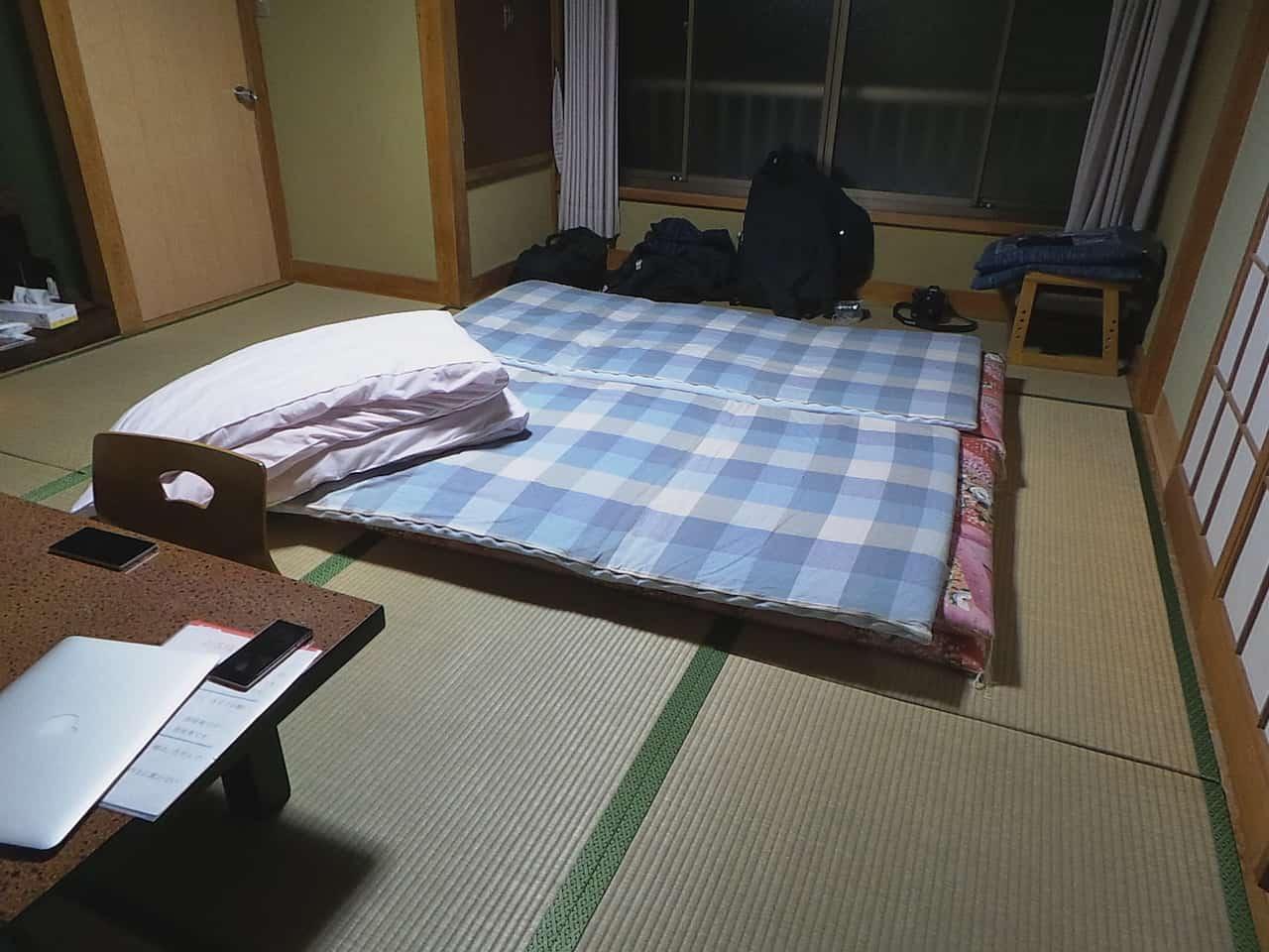 Aufbau des Futon in dem Minshuku in Kumomi Onsen, Shizuoka, Japan