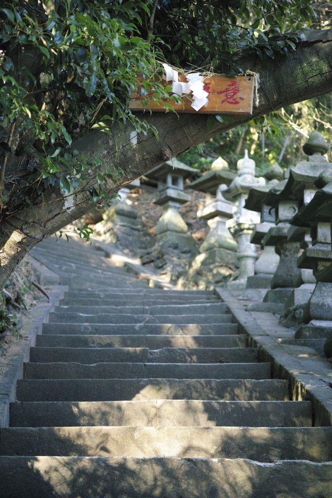 Die Lange Treppe zum Kumomi Sengen Schrein, Kumomi Onsen, Shizuoka, Japan