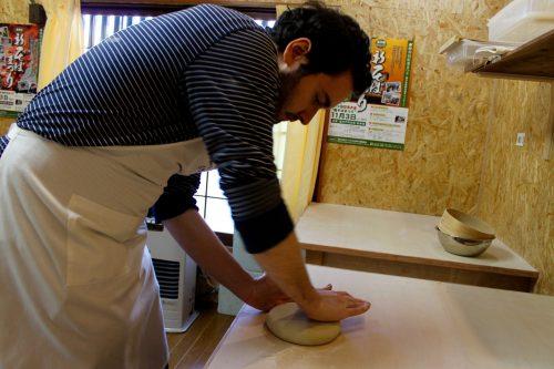 Nachdem der Teig geformt ist, kneten Sie das Buchweizenmehl für einen kurzen Augenblick.