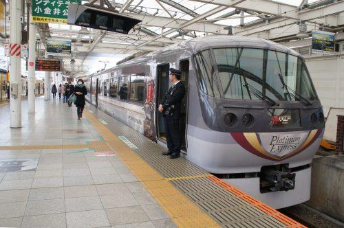 Der Red Arrow Limited Express erwartet Reisende, die nach Kawagoe wollen.