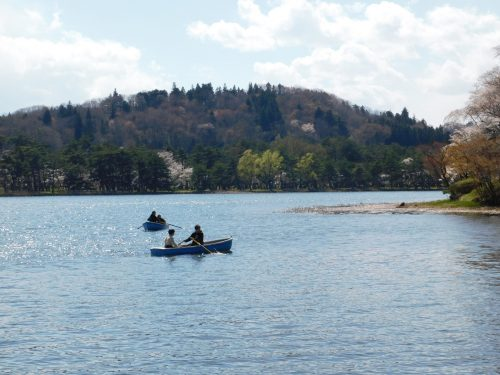 Mit einem Boot kann man über den See.