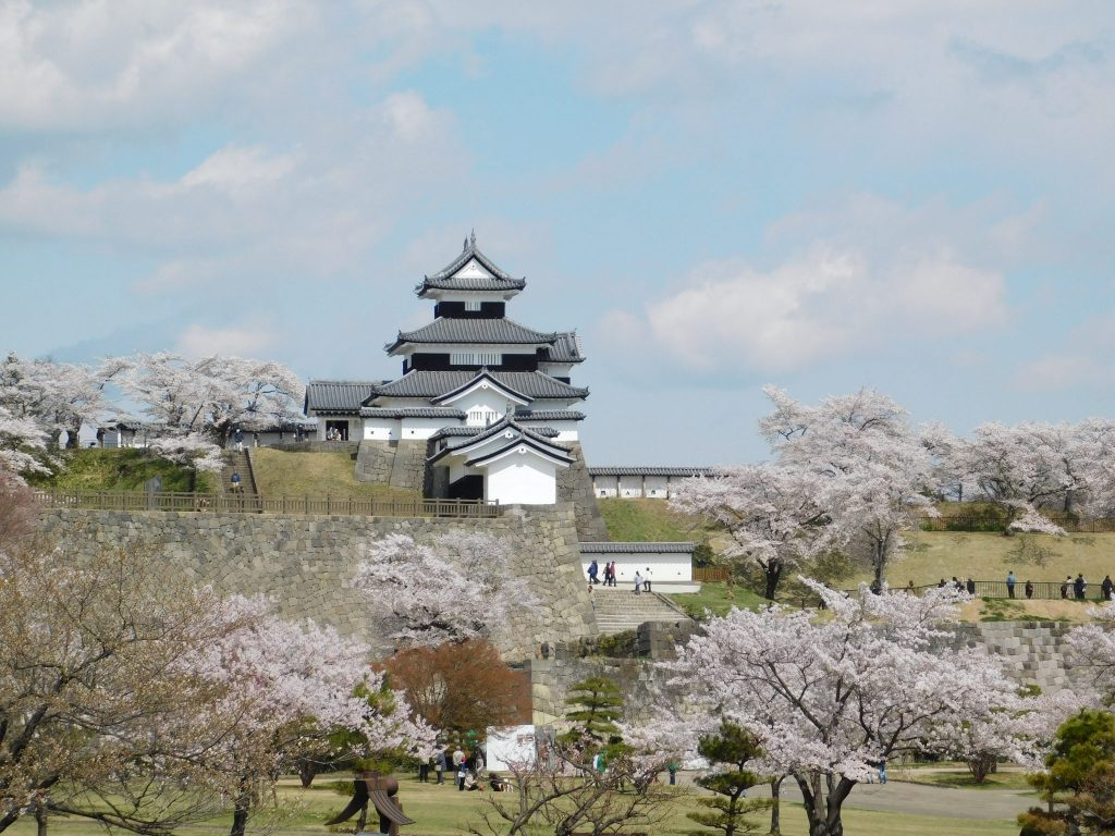 Blick auf die Burg Komine in Shirakawa vom Bahnhof aus.