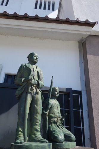 Zahlreiche Statuen und Gedenksteine erinnern an das Heldentum der jungen Samurai.