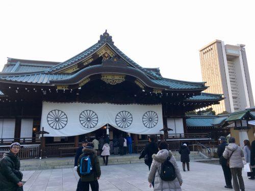 Beten an einem Schrein in Japan.