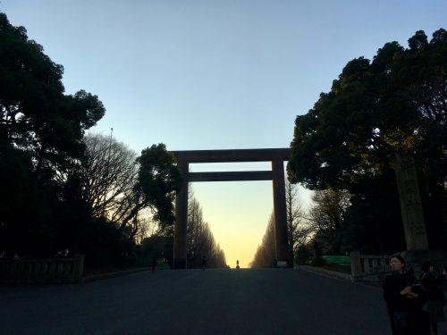 Ein Torii- Tor vor einem Schrein in Japan.