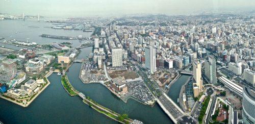 Ein Panoramablick über die Hafenstadt Yokohama, Japan.