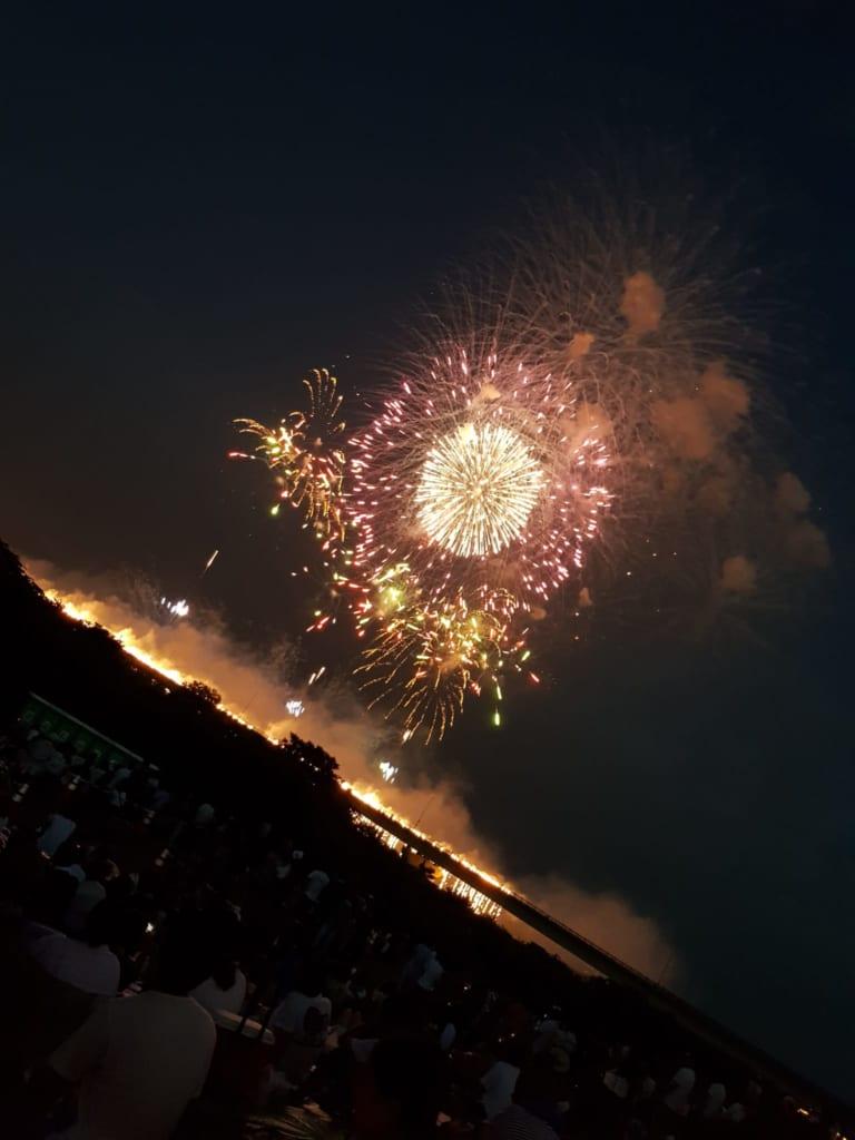 Das Nagaoka Feuerwerk gehört zu einem der größten Feuerwerke in Japan.