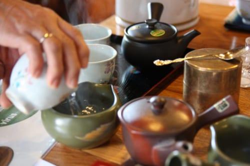 Der Tee wird aufgegossen.