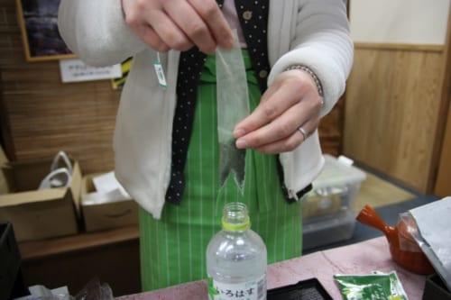 Damit kann grüner Tee unterwegs zubereitet werden.