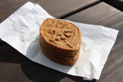 Ein Chachayaki, ein Brötchen, das mit einer Paste aus weißen Bohnen mit Sonogi-Tee-Geschmack gefüllt ist.