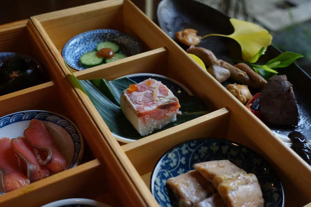 Die Gerichte bestehend aus Lachs im Restaurant Izutsu-ya.