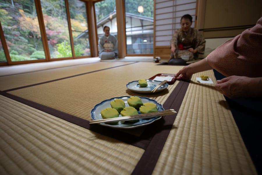 Die Teezeremonie mit Matcha und Wagashi, traditionellen japanischen Süßigkeiten, in Murakami.
