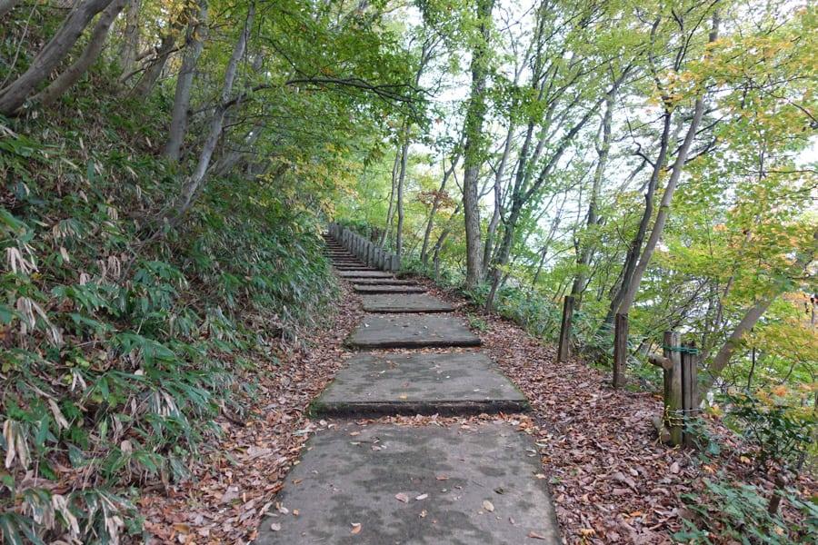 Der Aufstieg auf den Gipfel des Berges zu den Burgruinen von Murakami.