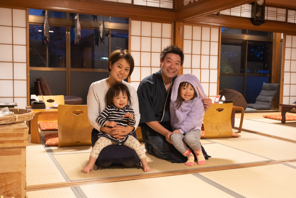 Furabayashi-san, der Besitzer des Iromusubi mit seiner Frau und den beiden Töchtern.