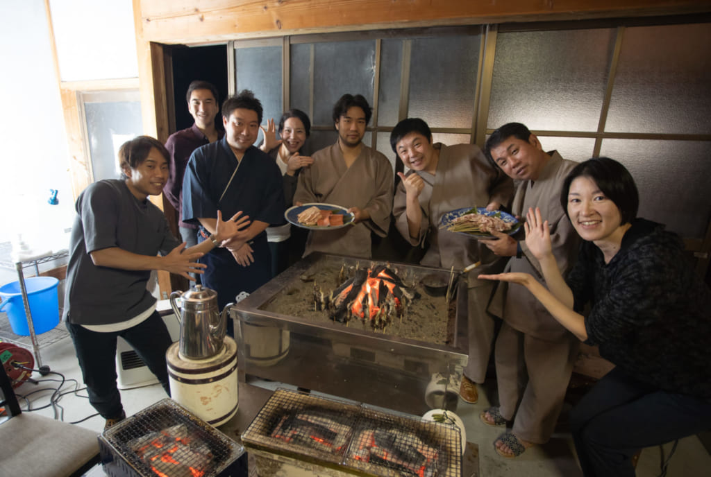 Das Abendessen im Iromusubi, begleitet von Farmern der Region.