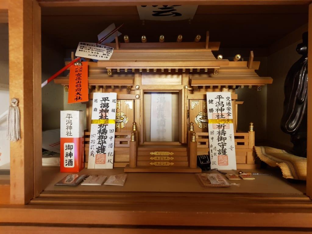 Der Kamidana, ein hauseigener shintoistischer Hausaltar.