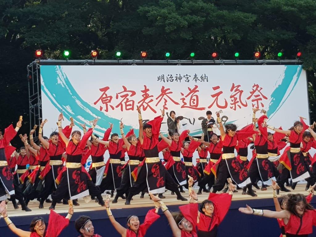 Eine Yosakoi-Gruppe, bestehend aus Studenten.