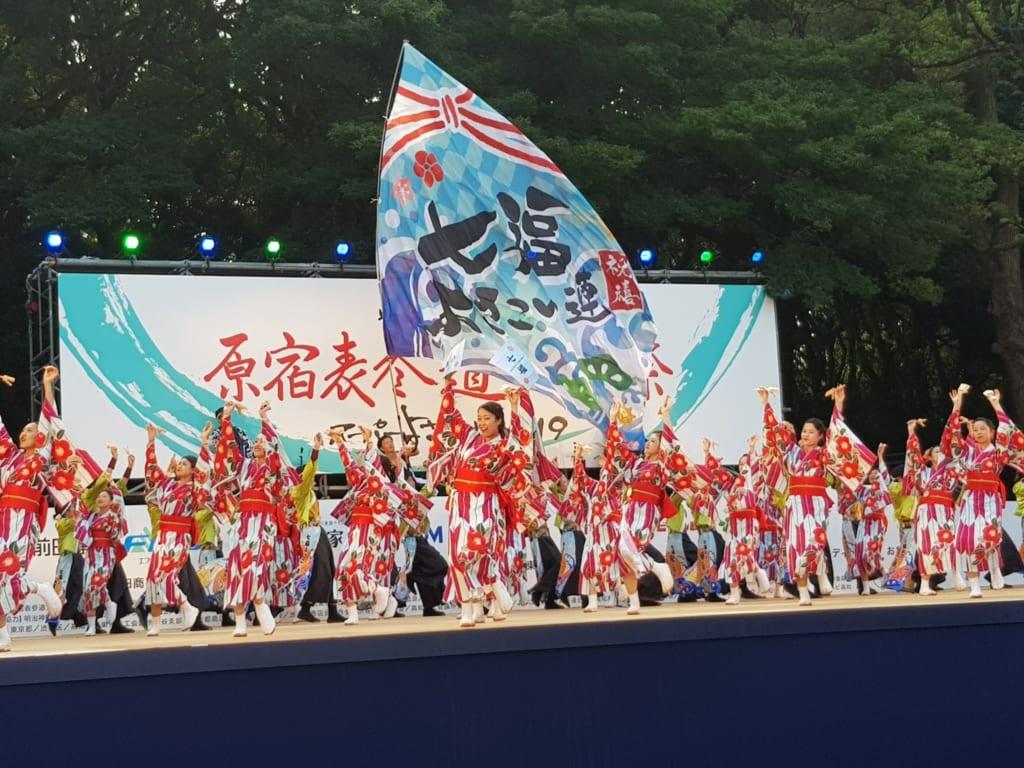 Yosakoi-Tänzerinnen in farbenfrohen Yukatas.