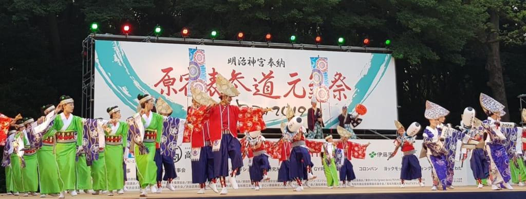 Die Mitglieder dieser Gruppe tragen Amigasa, schiffförmige Strohhüte.