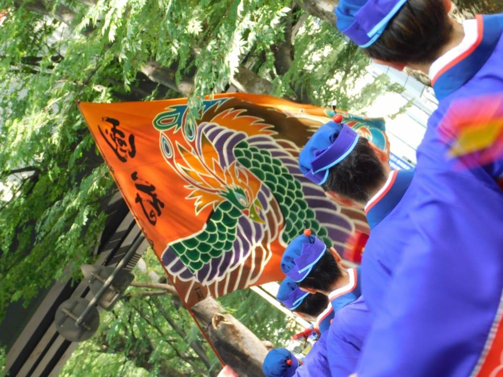 Die Flaggen der Yosakoi-Gruppen.