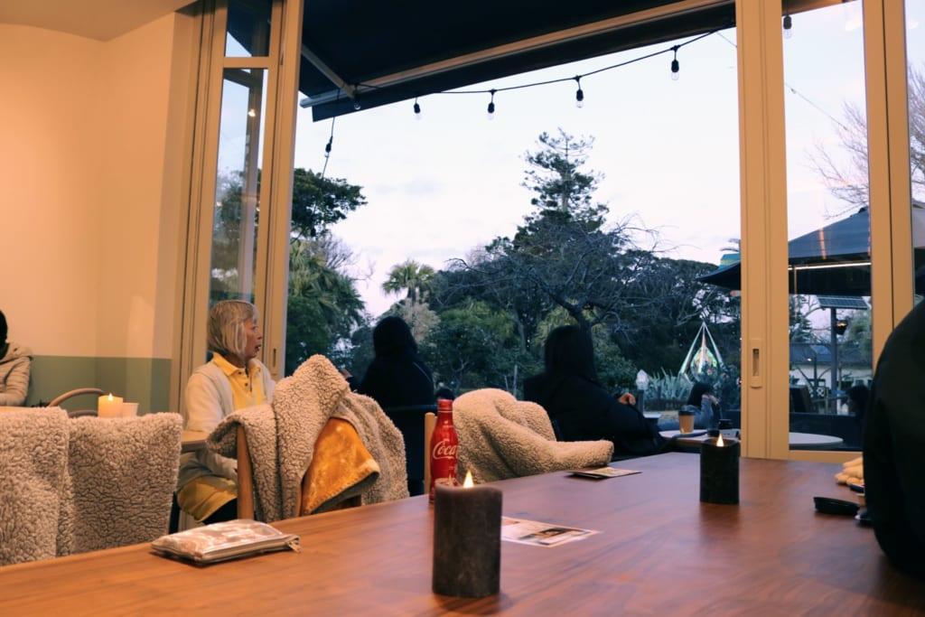 Kraft tanken in einem Café auf Enoshima.