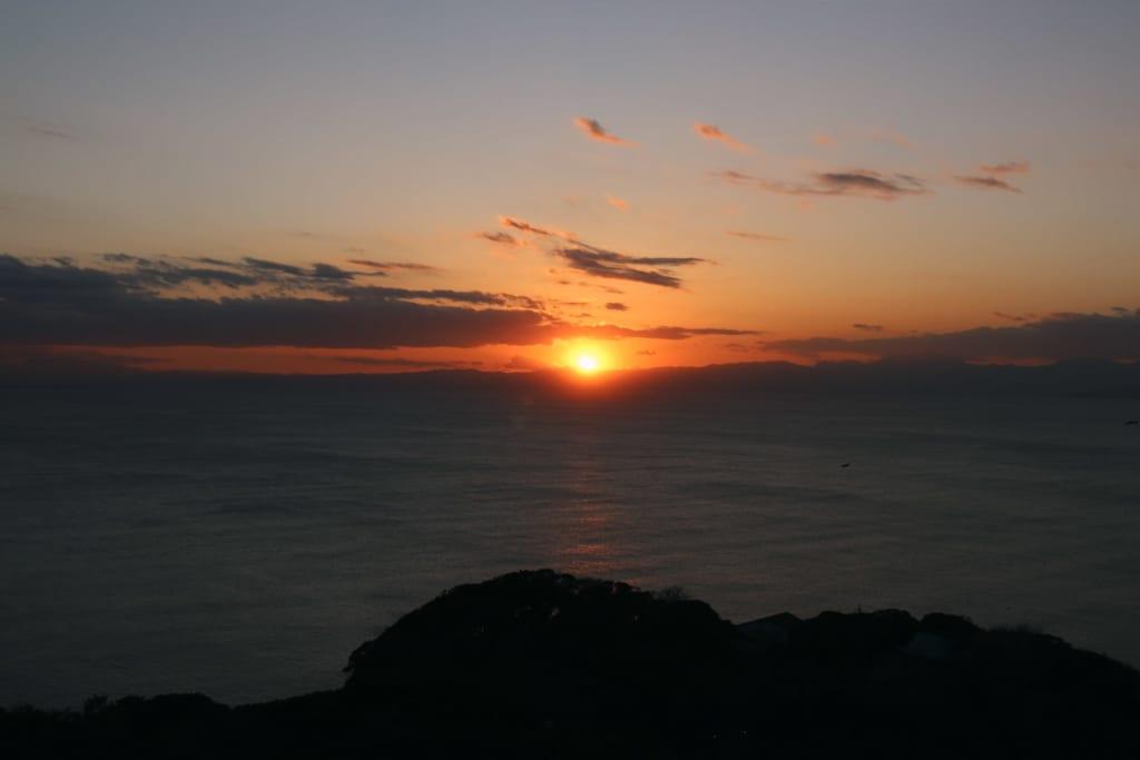 Beobachtet den Sonnenuntergang am Strand von Enoshima.