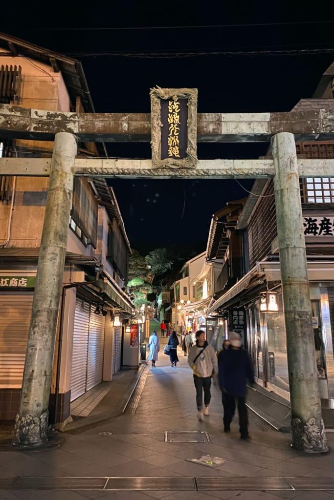 Die Einkaufsstraße von Enoshima am Abend.