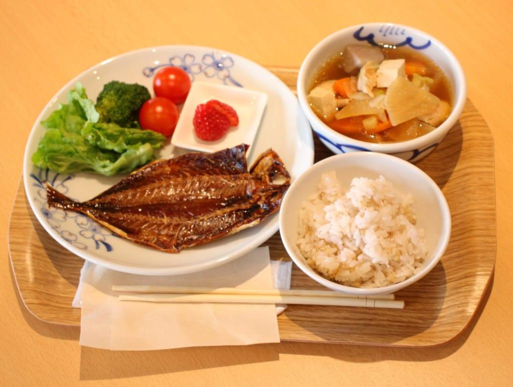 Pferdemakrele und lokale Produkte im Restaurant des Sakuranoyu Kano Bussan Centers.