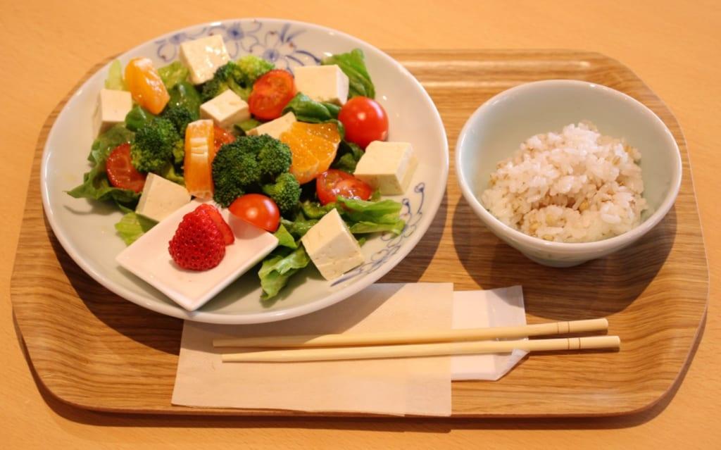 Ein Tofu-Salat zubereitet aus lokalen Produkten.
