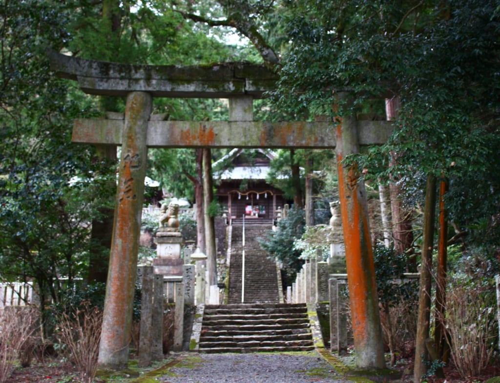 Das im Jahr 803 errichtete Torii Tor des Soukouchi Schreins in Toon, Ehime, Shikoku, Japan.