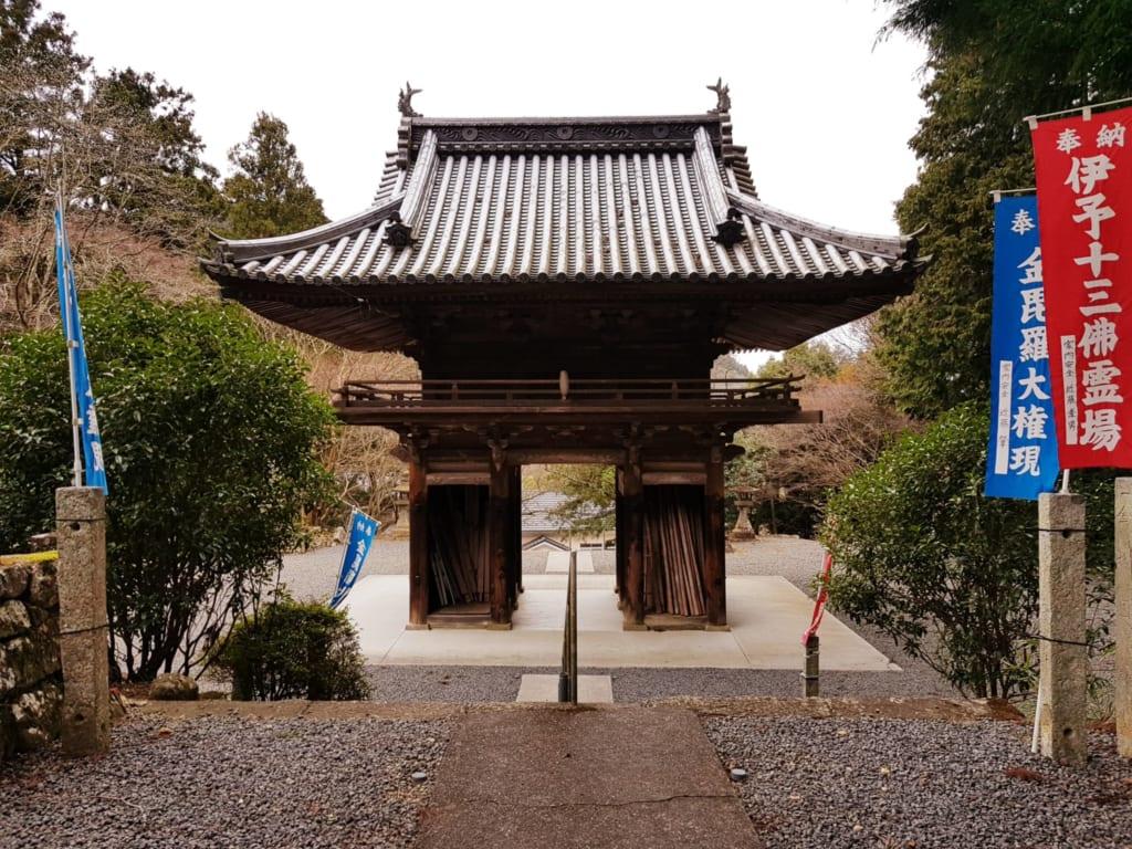 Die drei Zedern des Konpiraji werden als Denkmal der Natur bezeichnet.