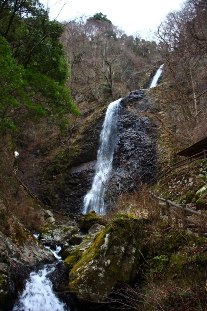 Der 96 Meter Hohe Shirai no Taki Wasserfall in Toon, Ehime, Shikoku, Japan.
