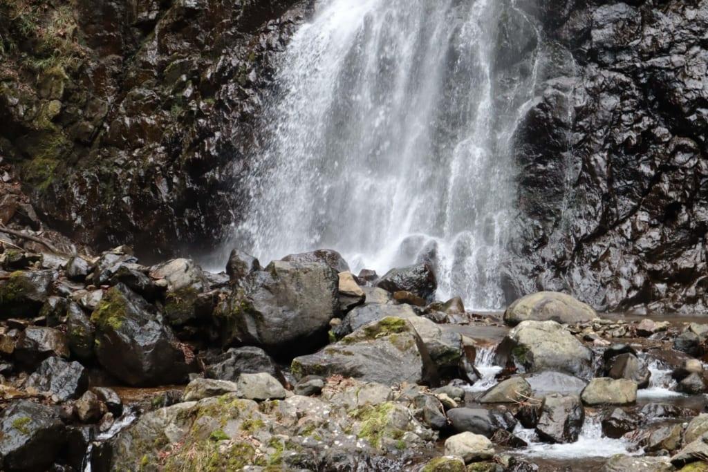 Gebt am Wasserfall auf die rutschigen Steine Acht.
