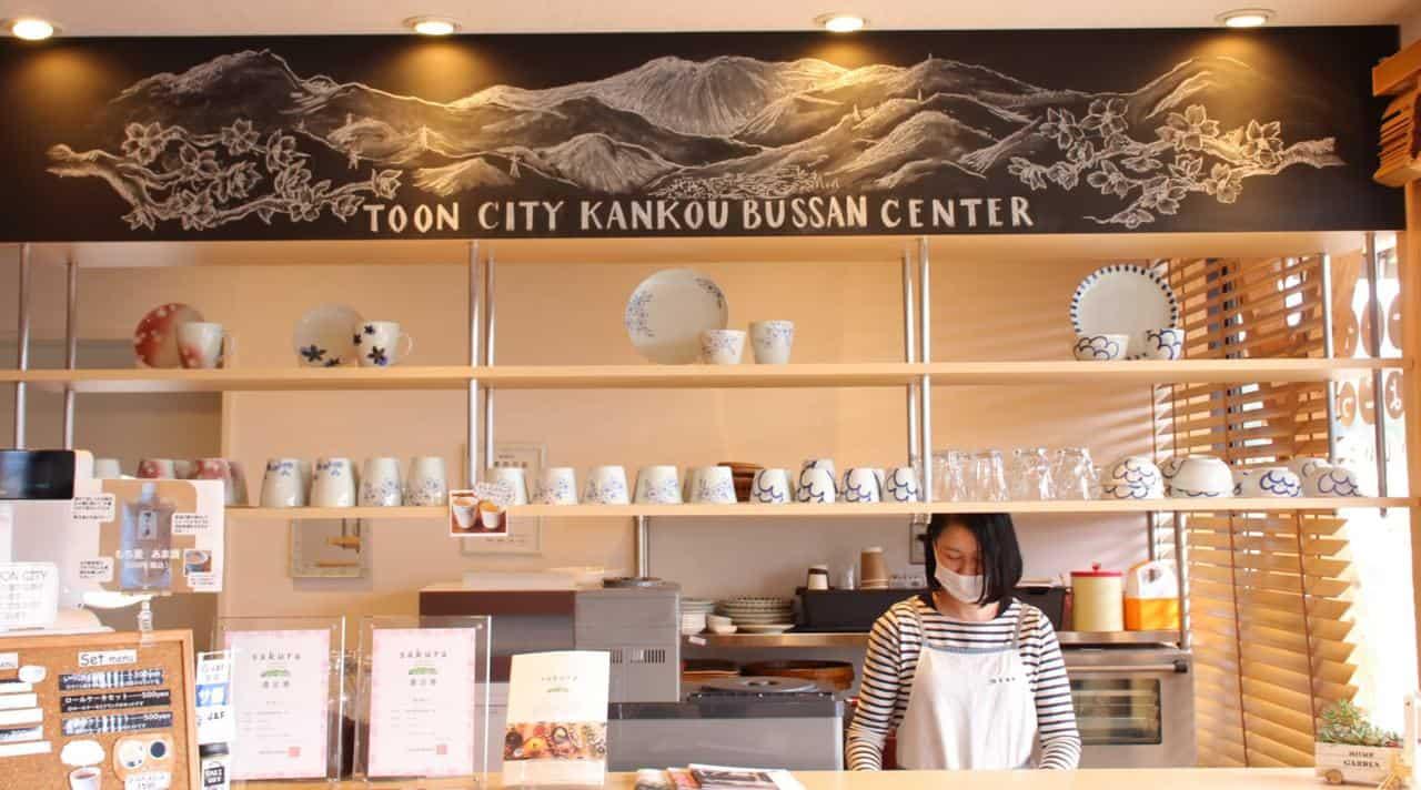 Das Restaurant im Sakuranoyu Kanko Bussan Center in der Stadt Toon.