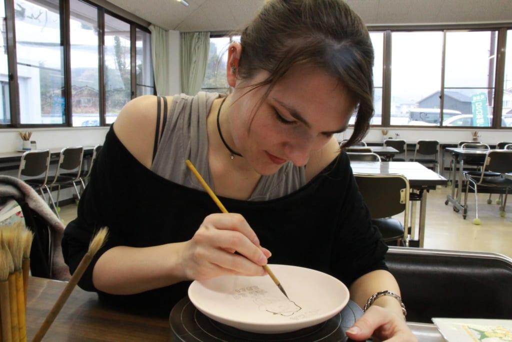Hochkonzentriert arbeite ich an meiner eigenen Tobe Keramik.
